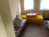 2.ložnice se třemi postelemi - chalupa ubytování Jindřichovice
