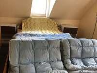 ložnice s dvoulůžkouvou postelí - chalupa k pronajmutí Jindřichovice
