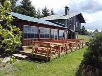 Dřevěná terasa - chata k pronájmu Hřebečná