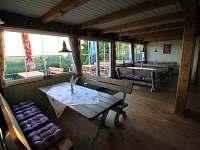 Společenská místnost v přízemí - pronájem chaty Hřebečná