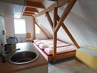 2. patro - spací místnost s kuchyňkou - chalupa k pronajmutí Abertamy