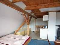 2. patro - spací místnost s kuchyňkou - chalupa k pronájmu Abertamy