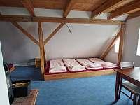 2. patro - spací místnost s kuchyňkou - pronájem chalupy Abertamy
