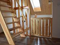 dvířka schodiště a zábradlí do dětského apartmánu.
