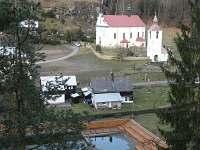 kostel s přírodní nádrží