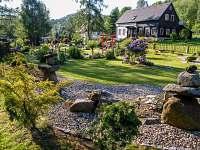 pohled ze zenové  zahrady k domu