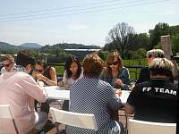 Oběd na terase u velké tělocvičny - pronájem chalupy Cvikov