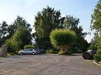 Parkoviště před Fabrikou - chalupa k pronájmu Cvikov