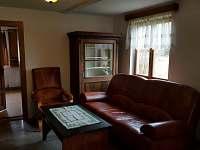 Jedna ze dvou sedaček v obývacím prostoru