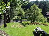 Zahrada se skalkou a posezením - chalupa k pronajmutí Horní Prysk