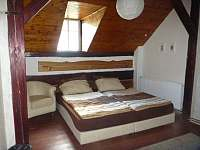 Manželská postel - Trojpalanda - chalupa k pronájmu Dolní Suchá