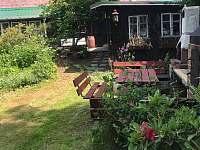 POsezení, dřevník a zadní vchod do chalupy - Jitrava