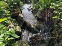 Potok protékající zahradou - chalupa k pronajmutí Jitrava
