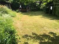 Přední zahrada s posezením a udírnou - Jitrava