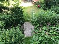 Zahrada - lávka přes potok a cesta do zadní zahrady - Jitrava