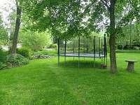 zahrada s trampolínou