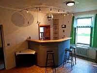 Bar + okénko do kuchyně - chalupa ubytování Manušice