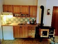Obývací místnost s kuchyňským koutem - pronájem chalupy Jiřetín pod Jedlovou