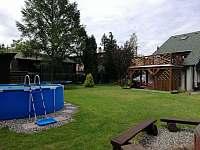 Bazén, trampolína, houpačka a další vyžití pro děti - chalupa ubytování Rynoltice