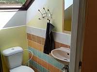 Koupelna s WC v podkroví - chalupa k pronajmutí Rynoltice