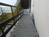 samostatné schodiště ke vchodu