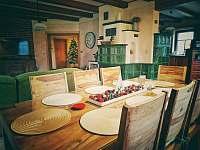 Velký jídelní stůl - chalupa k pronájmu Sloup v Čechách