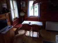 Obývací pokoj s jídelním koutem - pohled č.1 - pronájem chaty Jiřetín pod Jedlovou