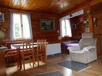 Obývací pokoj s jídelním koutem - pohled č.2 - chata k pronajmutí Jiřetín pod Jedlovou