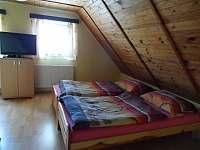 Třílůžkový pokoj v patře s televizí