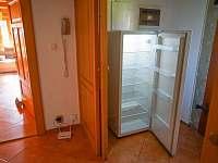 Druhá lednice, která je umístěna v předsíni u obývacího pokoje. - chalupa k pronajmutí Dolní Světlá