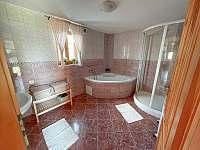 Koupelna s vanou a sprchovým koutem - chalupa k pronájmu Dolní Světlá