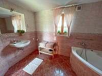 Koupelna s vanou a sprchovým koutem - chalupa k pronajmutí Dolní Světlá