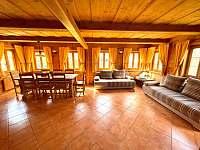 Obývací pokoj s kuchyní - pronájem chalupy Dolní Světlá