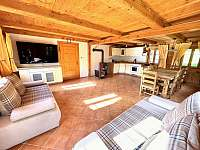 Obývací pokoj s kuchyní - chalupa k pronájmu Dolní Světlá