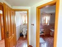 Oddělený záchod s koupelnou - pronájem chalupy Dolní Světlá