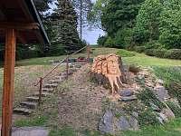 Výhled na schodiště v zahradě s dřevořezbou - Dolní Světlá
