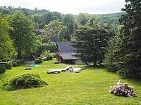 Výhled z vrchu zahrady na chalupu - Dolní Světlá