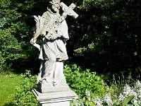 sv. Jan před domem