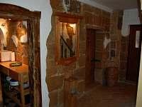 chodba a vstup do kuchyně - chalupa k pronájmu Velenice