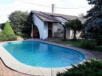 kryté posezení na zahradě u bazénu