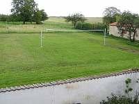 travnaté hřiště za domem