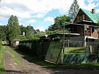Cesta k lesu vzdáleného cca 100m - chata k pronajmutí Pyšely