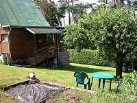 posezení u ohniště a grilu - chata k pronajmutí Pyšely