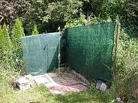 zahradní sprchování - chata k pronájmu Pyšely