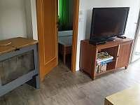 Obývák posezení u krbu a TV - chalupa k pronajmutí Mnichovice