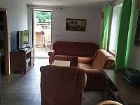 Obývák přízemí pohled od kuchyně 2 - chalupa ubytování Mnichovice