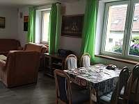 Obývák přízemí pohled od kuchyně - chalupa k pronajmutí Mnichovice