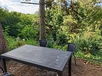 Sezení před chatou - k pronájmu Statenice