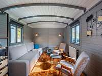 Obývací pokoj s rozkládací pohovkou - chata k pronájmu Dolní Břežany - Jarov