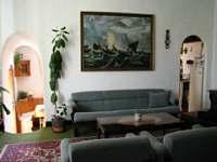 Obývací pokoj s průhledem do kuchyně - chalupa k pronájmu Velká Černoc
